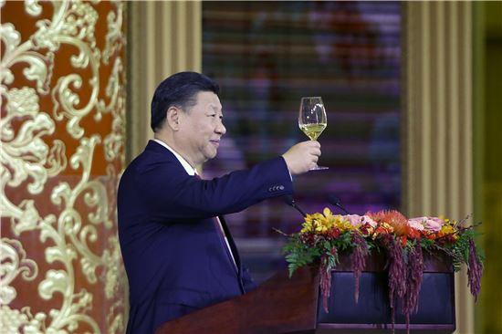 시진핑 중국 국가주석이 9일(현지시간) 베이징 인민대회당에서 열린 도널드 트럼프 미국 대통령 국빈 방문 환영 만찬에서 건배 제의를 하고 있다. [사진=EPA연합]