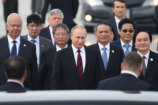 [이미지출처=연합뉴스]푸틴, 베트남 다낭 도착…APEC 정상회의 참석     (다낭 AFP=연합뉴스) 블라디미르 푸틴 러시아 대통령(가운데)이 아시아태평양경제협력체(APEC) 정상회의 참석차 10일(현지시간) 베트남 다낭 국제공항에 도착하고 있다. 러시아와 미국이 지난해 미 대선에 대한 러시아의 개입 의혹을 둘러싸고 심각한 갈등을 겪고 있는 가운데 도널드 트럼프 미국 대통령과 푸틴 대통령이 이번 APEC 정상회의에서 별도의 양자회담을 할지 관심이 모아진다.    lkm@yna.co.kr(끝)<저작권자(c) 연합뉴스, 무단 전재-재배포 금지>