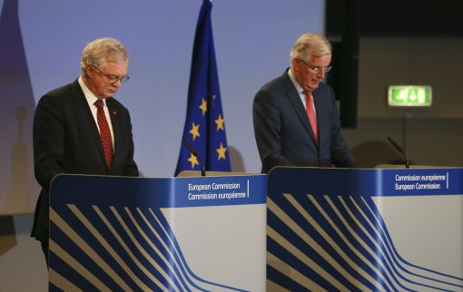 [이미지출처=연합뉴스]epa06320189 United Kingdom's Secretary of State for Exiting the European Union, David Davis (L) and Michel Barnier (R), the European Chief Negotiator of the Task Force for the Preparation and Conduct of the Negotiations with the United Kingdom under Article 50, give a press briefing at the end of 6th round of  Negotiation on 'Brexit' talks at the EU Commission, in Brussels, Belgium, 10 November 2017.  EPA/OLIVIER HOSLET<저작권자(c) 연합뉴스, 무단 전재-재배포 금지>