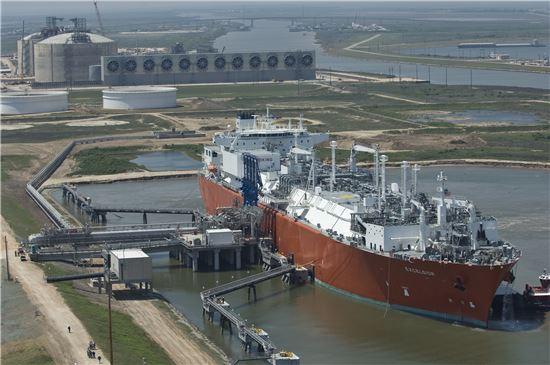 미국 텍사스 프리포트에 위치한 LNG 가스 수출터미널회사 프리포트LNG 전경. 액화한 LNG가스를 프리포트LNG 수출항을 통해 배로 수출한다.