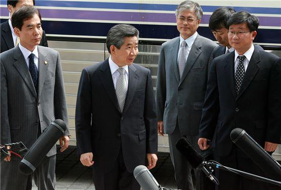 2009년 4월30일 고 노무현 전 대통령이 서초동 대검찰청에 출두하기 전 기자들의 질문에 답변하는 모습. 노 전 대통령 오른쪽에 문재인 당시 변호사의 모습이 보인다. 사진 = 연합뉴스