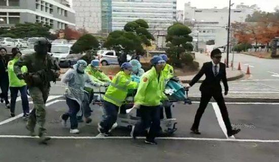 13일 오후 경기 수원 아주대병원 경기남부권역외상센터에 헬기로 이송된 북한 군 병사가 수술실로 옮겨지는 모습.연합뉴스
