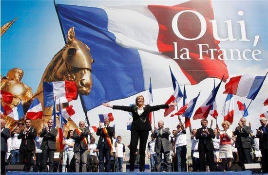 지난 2012년, 프랑스 극우정당인 국민전선의 마리 르펜 당수가 잔다르크 동상을 아이콘으로 내세우고 가진 집회 모습(사진=www.flickr.com)
