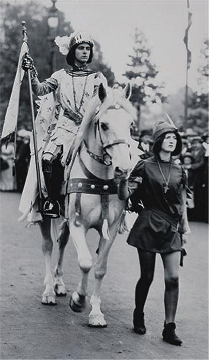 1911년, 영국의 여성참정권 운동가들이 잔다르크로 분장하고 시위에 나선 모습(사진=위키피디아)