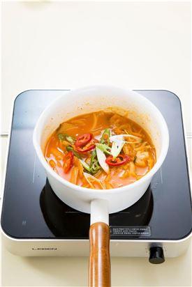 4. 김치가 부드럽게 익으면 양파를 넣고 5분 정도 끓이다가 풋고추, 홍고추, 대파, 다진 마늘을 넣어 살짝 끓여 소금과 후춧가루로 간한다.