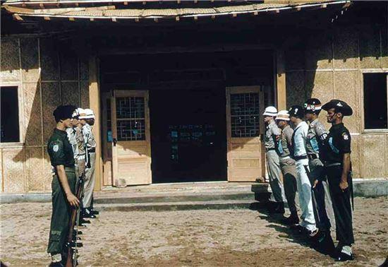 1953년 정전협정 당시 판문점의 모습. 양쪽에 도열한 연합군의 모습이 인상적이다. 사진 = dva.gov.au