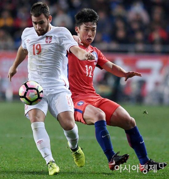 [포토] 공 다투는 김민우
