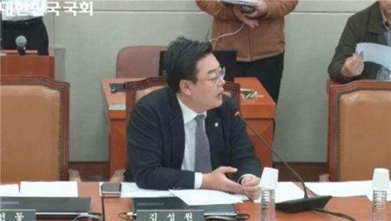 김성원 자유한국당 의원이 14일 정무위원회에서 금융위원장 불출석 문제를 지적하고 있다.