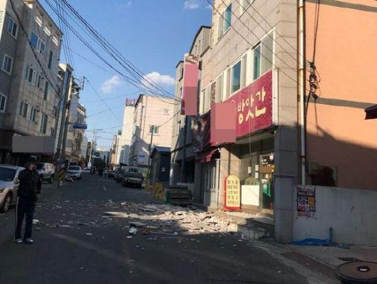 지진에 부서진 포항 시내 건물 외벽 15일 오후 경북 포항시 한 건물 외벽이 지진 충격으로 부서져 있다. 기상청은 이날 오후 2시 29분께 경북 포항시 북구 북쪽 6㎞ 지점에서 규모 5.5 지진이 발생했다고 밝혔다. <연합뉴스>