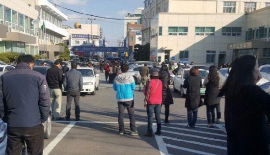 지진에 놀라 밖으로 대피한 포항 시민들 긴급 대피한 포항 시민들이 포항 북구청 인근에 몰려 나와 있다. <연합뉴스>