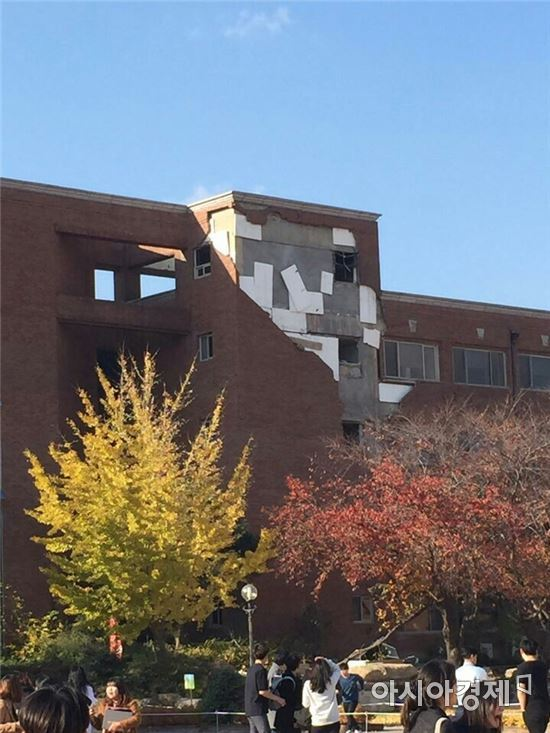 지진의 여파로 경북 포항 소재 한동대학교의 한 건물 외벽이 뜯어져 나간 모습. (사진=독자 제공)