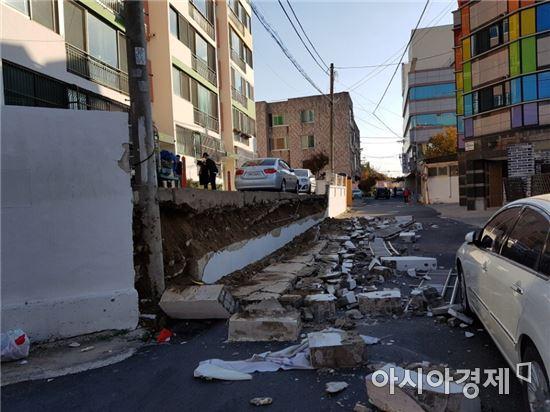 지진의 여파로 경북 포항의 한 다세대 주택 담벼락이 무너져 내려 있다. (사진=독자 제공)