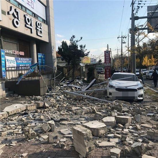 15일 경북 포항에서 규모 5.4의 지진이 발생한 가운데 포항시내 한 골목에 지진의 여파로 벽돌 등이 쏟아져 있다. (사진=독자 제공)