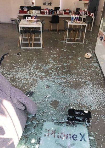 15일 한 네티즌이 트위터를 통해 포항에서 발생한 진도 5.5 지진으로 핸드폰 대리점의 유리창이 전부 깨진 사진을 게시했다. /사진= 트위터 캡쳐
