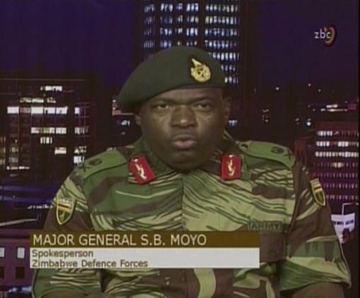 [이미지출처=AP연합뉴스]ZBC 방송을 통해 거병 소식을 알리는 짐바브웨 SB 모요 소장
