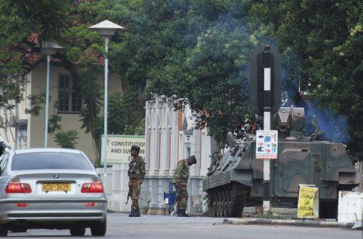 [이미지출처=AP연합뉴스]짐바브에 수도 하라레에 진주한 짐바브웨 군병력