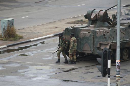 [이미지출처=AP연합뉴스]짐바브에 수도 하라레에 진주해 대통령궁과 정부부처로 가는 길을 봉쇄한 짐바브웨 군