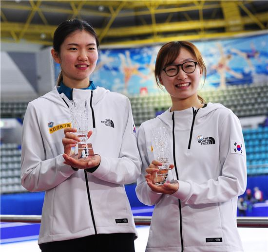 여성스포츠대상 10월 MVP를 공동 수상한 여자 쇼트트랙 국가대표 심석희(왼쪽)와 최민정[사진=MBN 제공]