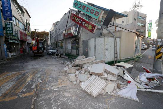 15일 경북 포항시 북구 흥해읍 한 마트 외벽이 이날 발생한 규모 5.4지진의 영향으로 일부 무너져 차량 위로 떨어져 내렸다. (사진=연합뉴스)