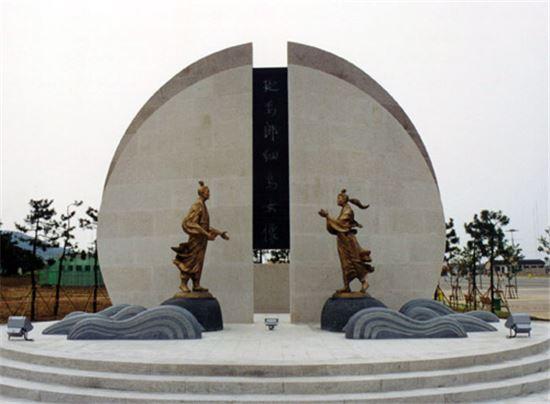 포항 호미곶 해맞이공원 조성당시 건립된 연오랑과 세오녀 동상 모습(사진=아시아경제DB)