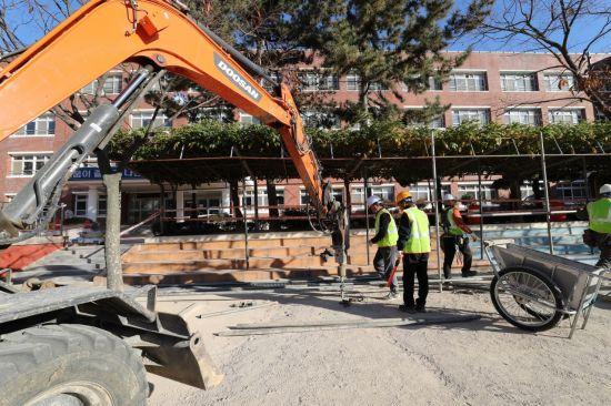20일 오전 포항시 북구 장성초등학교에서 지진 피해 복구작업이 이뤄지고 있다. (사진=연합뉴스)