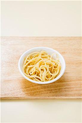 2. 스파게티는 끓는 물에 소금을 넣고 8분 정도 삶아 건진다.