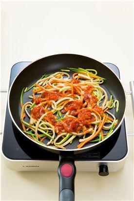 4. 토마토 소스를 넣어 버무린다.