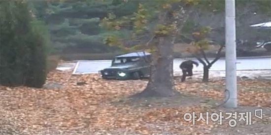유엔군사령부가 22일 서울 용산구 국방부 브리핑룸에서 판문점 공동경비구역(JSA)으로 귀순한 북한군 병사에 대한 조사 결과를 발표하며 당시 CCTV 영상을 공개하고 있다. /문호남 기자 munonam@