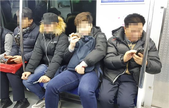 옆 승객과 어깨가 겹치자 한 남성 승객이 불편함을 덜기 위해 몸을 틀어 앉았다. (사진=이승진 기자)