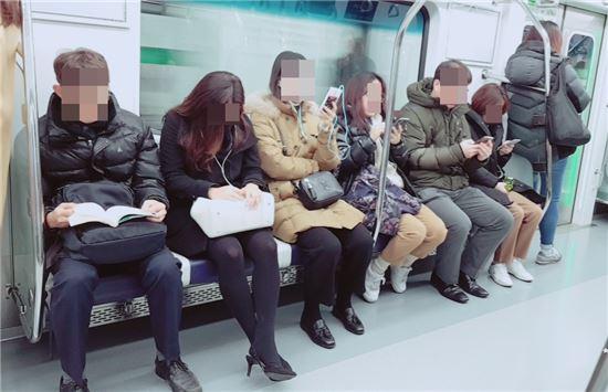 서울 지하철 2호선 신규전동차 내부의 모습. 1열에 7석이었던 좌석 수는 6석으로 줄었고, 좌석 크기는 기존보다 30mm 늘어난 480mm다.