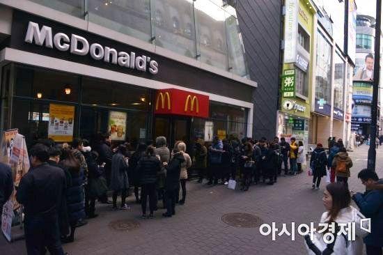 1일 오후 서울 중구 맥도날드 명동점 앞에 시민들이 줄지어 서있다. 이날 맥도날드는 카카오프렌즈 한정판 판매 이벤트를 개최했다.
