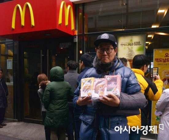 서울 중구 맥도날드 명동점 카카오프렌즈 한정판 이벤트의 첫 번째 손님 전원식 씨(48)가 인형을 들고 있다.