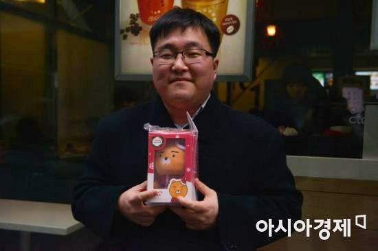 이벤트 마지막 50번째 손님 이혁(40) 씨가 자신이 좋아하는 라이언을 들고 미소를 짓고 있다.