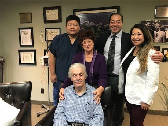 ▲세계 최초 알츠하이머치매 자가줄기세포치료제 아스트로스템을 10회 모두 투여한 첫 환자와 의료 관계자 <사진=회사제공>