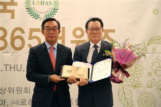 이충열 서대문구 부구청장(오른쪽)이 대한민국 로하스대상위원회 김기정 위원장으로부터 '제5회 대한민국 로하스 365 어워즈' 사회복지대상을 수상하고 있다.