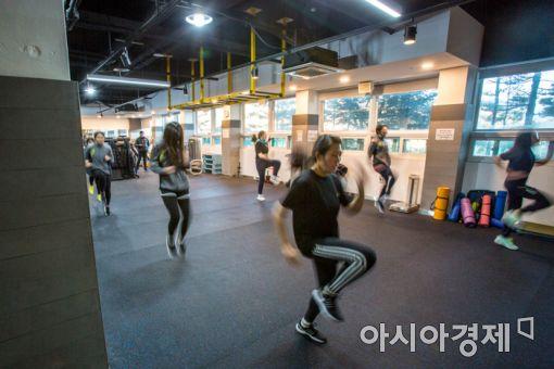 5일 경기도 안성시 메가CST경찰기숙학원에서 학원생들이 체력단련 시간을 이용해 달리기 훈련을 하고 있다./강진형 기자aymsdream@