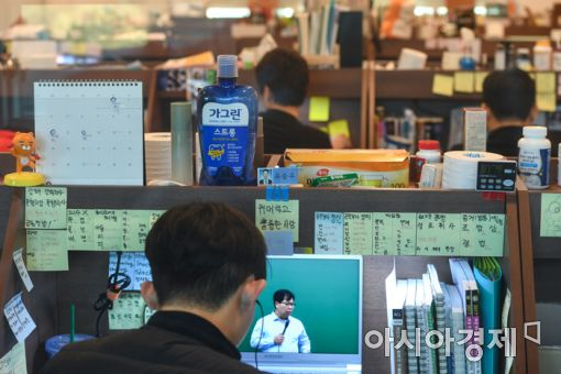 5일 경기도 안성시 메가CST경찰기숙학원에서 학원생들이 자습실에서 공부하고 있다./강진형 기자aymsdream@