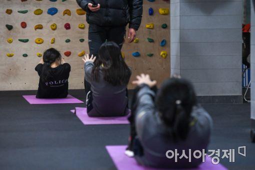 5일 경기도 안성시 메가CST경찰기숙학원에서 학생들이 체력단련시간을 이용해 윗몸일으키기를 하고 있다./강진형 기자aymsdream@