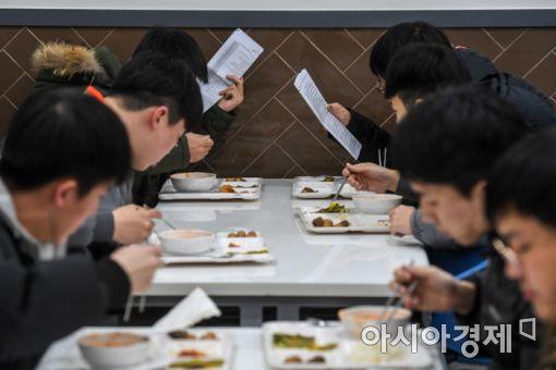5일 경기도 안성시 메가CST경찰기숙학원에서 학원생들이 식사를하며 영어단어를 외우고 있다./강진형 기자aymsdream@