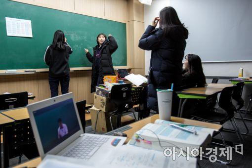 5일 경기도 안성시 메가CST경찰기숙학원에서 학원생들이 쉬는시간을 이용해 한국사 공부를 하고 있다./강진형 기자aymsdream@