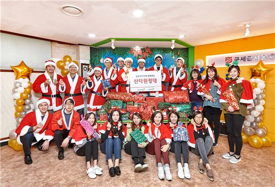 7일 서울 구세군 서울후생원에서 진행된 '2017 메리크리스마스 산타원정대' 봉사활동에 참가한 금호타이어 직원들이 단체 사진을 찍고 있다.