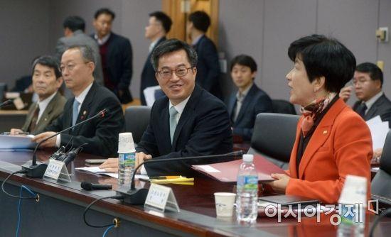 [포토]미소 보이는 김동연 부총리