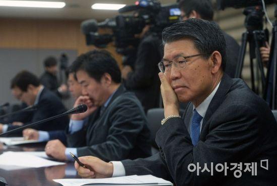 [포토]김동연 부총리 발언 듣는 은성수 한국수출입은행장
