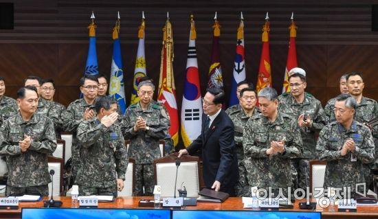 [포토]송영무 장관에게 경례하는 합참의장