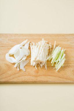 2. 팽이버섯은 밑동을 자르고 길이로 2등분한다. 양파는 채 썰고 대파는 굵게 채 썬다.