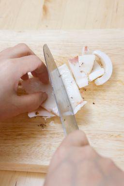 2. 쿠킹호일을 깐 오븐 용기에 오징어를 얹어 200℃로 예열한 오븐에서 10분 정도 구워 먹기 좋은 크기로 썬다.( Tip 프라이팬에서 익혀도 된다.)