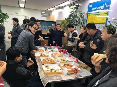 제설작업을 마치고 돌아온 성남시청 직원들이 이재명 성남시장이 선물한 피자를 먹고 있다.