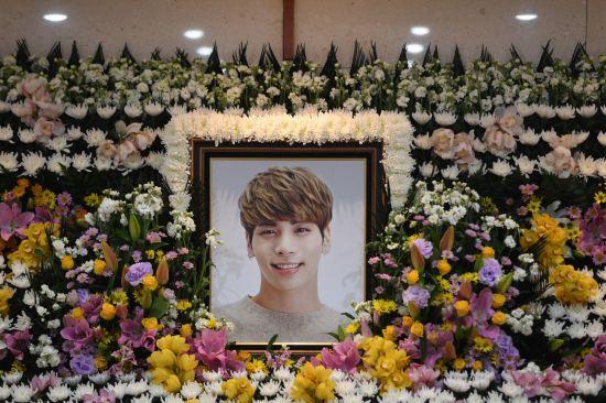 그룹 샤이니 종현의 빈소가 19일 오전 서울 아산병원 장례식장에 마련됐다. 사진공동취재단=연합뉴스