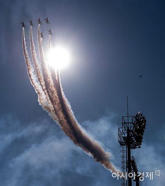평창동계올림픽 개막이 50일 앞으로 다가온 21일 강원도 평창 알펜시아 스키 점프대 상공에서 공군 블랙이글스 편대가 곡예비행을 하고 있다./평창=윤동주 기자 doso7@