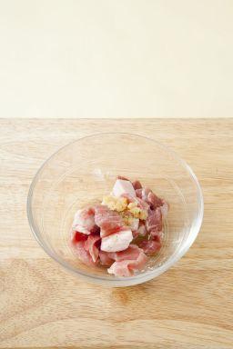 3. 돼지고기는 얄팍하게 썰어 분량의 양념 재료를 모두 넣어 조물조물 양념한다. (다진 파 1, 다진 마늘 1, 후춧가루·참기름 약간씩)